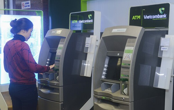 Rút tiền mặt thẻ tín dụng Vietcombank trực tiếp tại cây ATM