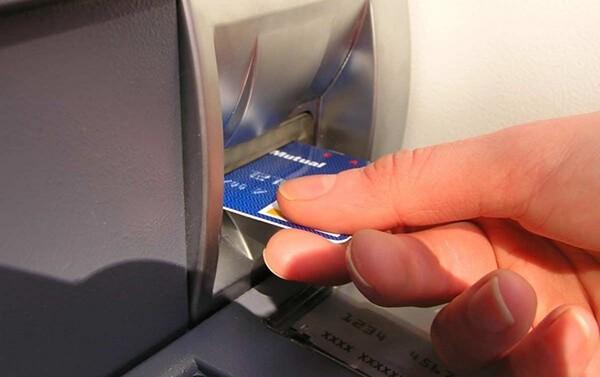 Phí rút tiền mặt thẻ tín dụng tại ATM cao hơn so với phí dịch vụ rút tiền mặt thẻ tín dụng giá rẻ tại quận Tây Hồ