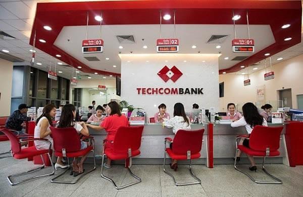 Cách rút tiền mặt từ thẻ Visa Techcombank trực tiếp tại ngân hàng