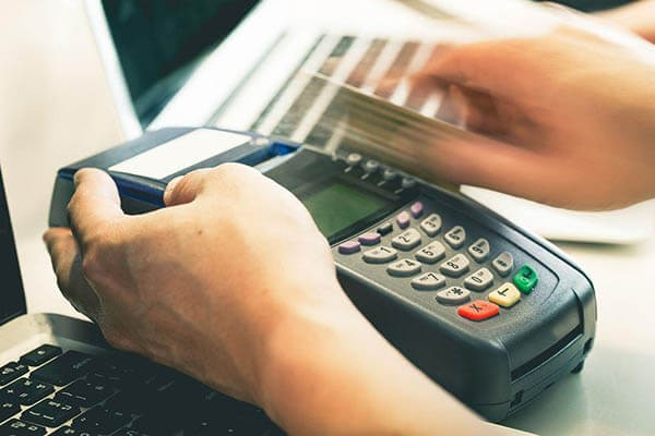 Cách rút tiền mặt từ thẻ Visa Techcombank qua máy POS