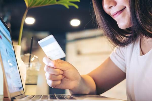 Thẻ tín dụng với 2 chức năng chính là thanh toán và rút tiền mặt