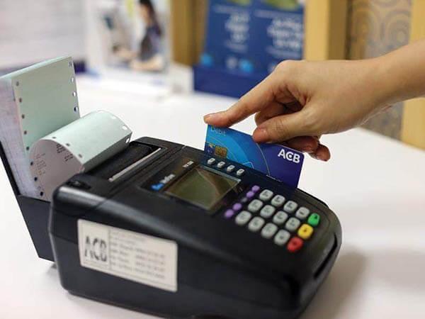 Quẹt thẻ tín dụng trên máy POS ngân hàng ACB